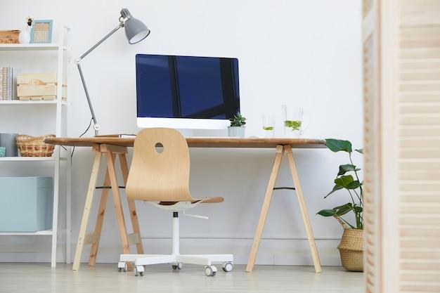 Obraz nowoczesnego miejsca pracy z monitorem komputera na nim w pomieszczeniu domowym