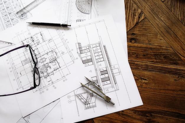 Obraz obiektów inżynierskich w miejscu pracy widok z góry. konkurs konstrukcyjny. inżynieria tools.vintage dźwięk retro filtr efekt, miękki (selektywne focus)