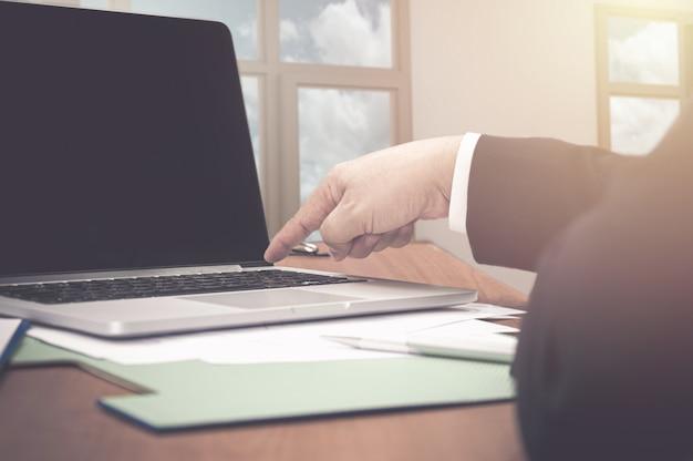 Obraz palca naciskając przycisk zasilania na komputerze przenośnym