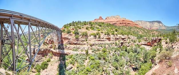 Obraz panoramy stalowego mostu w górach pustyni