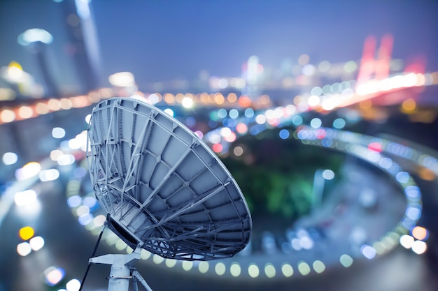 Obraz parabolicznych odbiorników technologii kosmicznych z antenami satelitarnymi