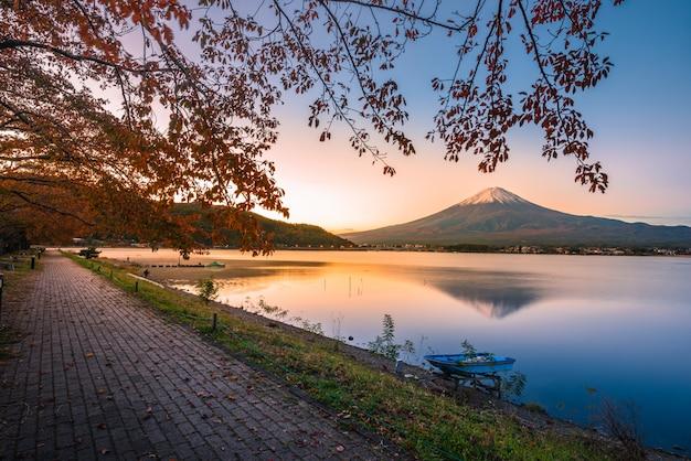 Obraz pejzażu mt. fuji nad jeziornym kawaguchiko przy wschodem słońca w fujikawaguchiko, japonia.