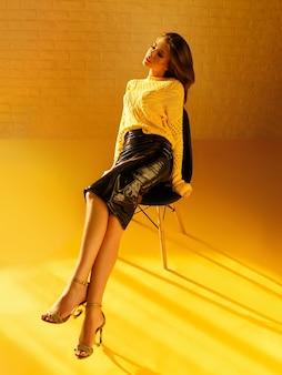 Obraz piękna z brunetką siedzącą modelu