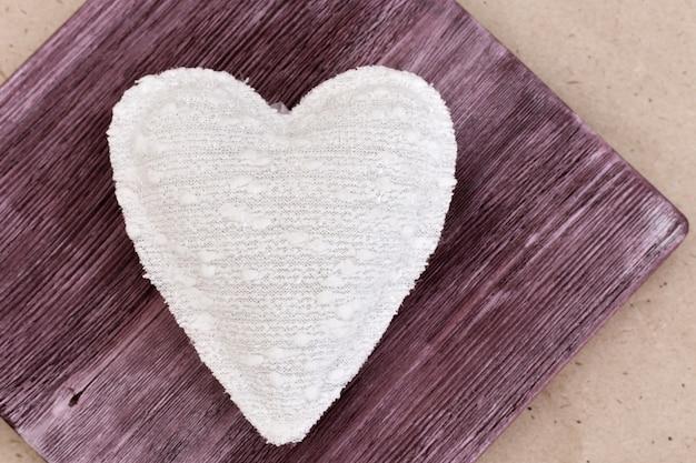 Obraz pięknego ręcznie robionego białego serca, miękkiej zabawki serca. domowy prezent. słodki prezent. koncepcja miłości.