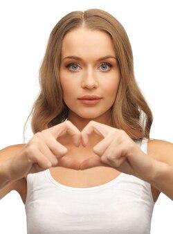 Obraz pięknej kobiety tworzącej kształt serca