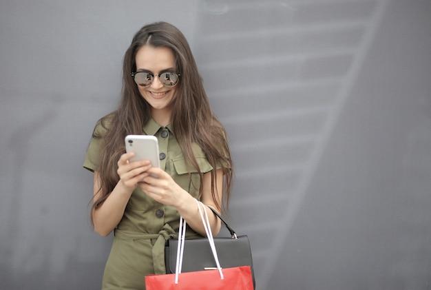 Obraz pięknej kobiety w okularach