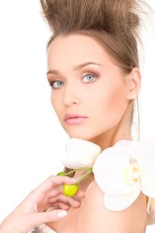 Obraz pięknej kobiety z białym kwiatem