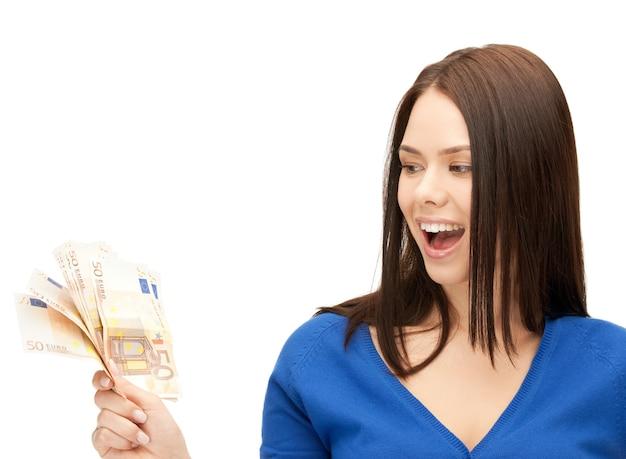 Obraz pięknej kobiety z pieniędzmi w gotówce euro.