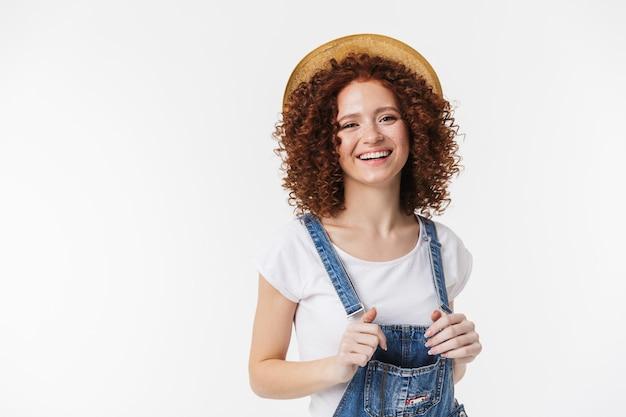Obraz piękny kręcone szczęśliwy rude dziewczyny pozowanie na białym tle nad białą ścianą.