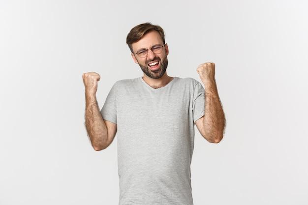 Obraz podekscytowany mężczyzna w szarej koszulce i okularach