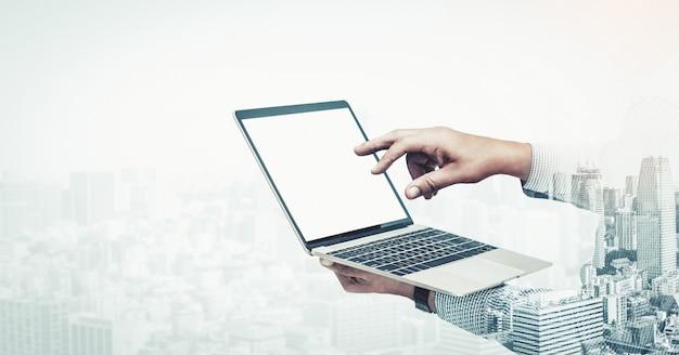 Obraz podwójnej ekspozycji biznesmen za pomocą komputera