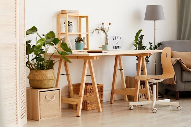 Obraz przedstawiający nowoczesny drewniany stół z kwiatami i sofą obok w salonie w domu
