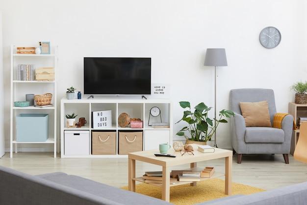 Obraz przedstawiający nowoczesny salon z dużym telewizorem w domu