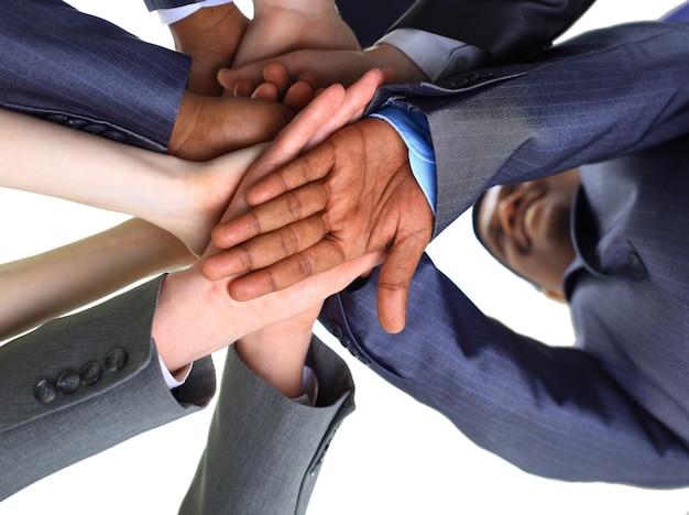 Obraz przedstawiający ręce partnerów biznesowych jeden na drugim, symbolizujące towarzystwo i jedność
