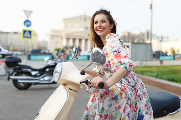 Obraz przedstawiający szczęśliwą dziewczynę na motocyklu