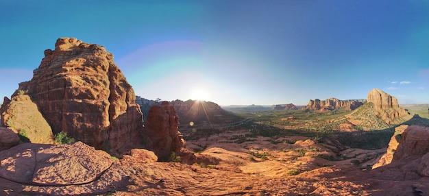Obraz przedstawiający wędrówkę po górach na szczycie czerwonej skały pustyni