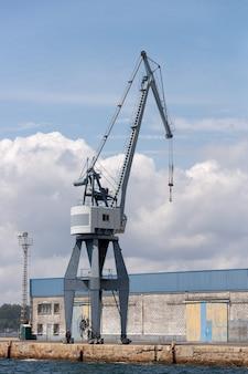 Obraz przemysłowego dźwigu portowego w porcie morskim