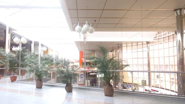 Obraz przestronnego korytarza w centrum biznesowym .zdjęcie z miejscem na kopię