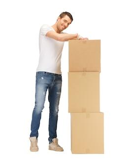 Obraz przystojny mężczyzna z dużymi pudełkami.