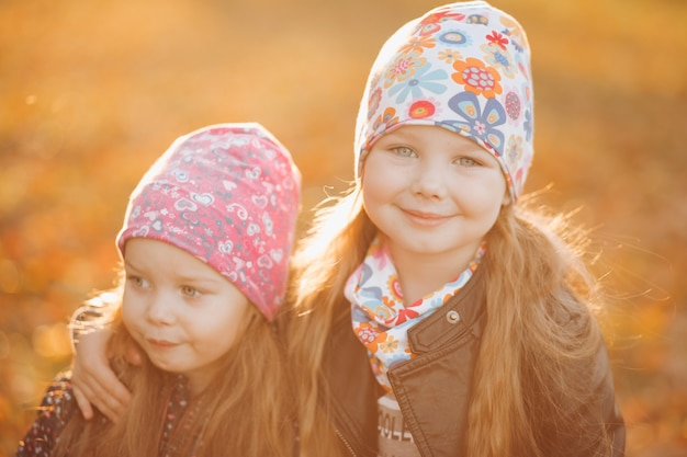 Obraz przystojnych sióstr kocha się i idzie na spacer do parku?