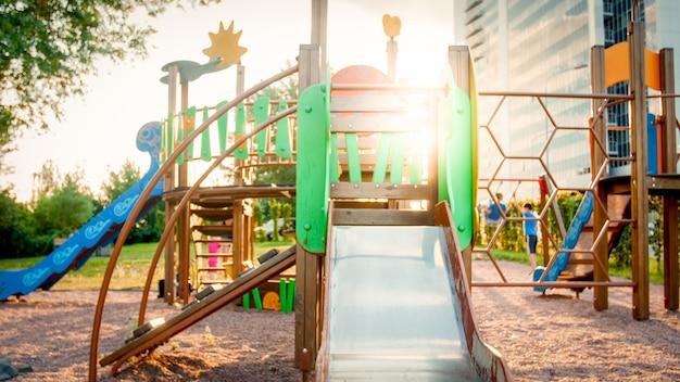 Obraz pustego dużego drewnianego placu zabaw w parku z mnóstwem starych drabin, schodów i zjeżdżalni