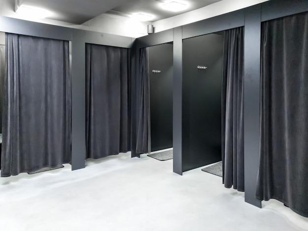 Obraz pustej garderoby w sklepie z ubraniami