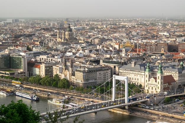 Obraz redakcyjny buda i peszt łączący mostem elisabeth