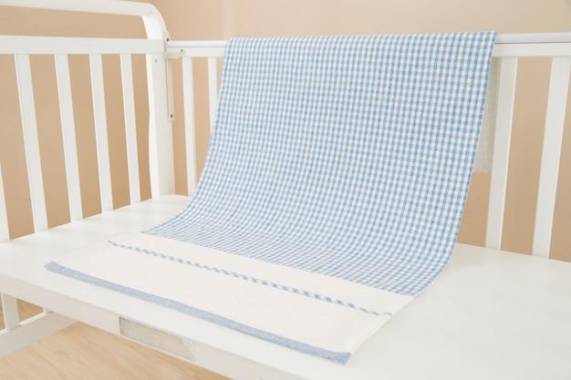 Obraz rodzicielstwa i łóżeczko dla dziewczynki