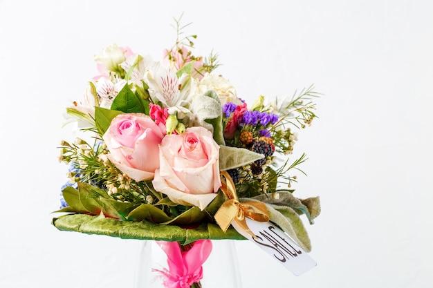 Obraz romantyczny bukiet róż, lilii, zielonych liści na pustym białym tle