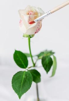 Obraz różany pędzlem na czerwono