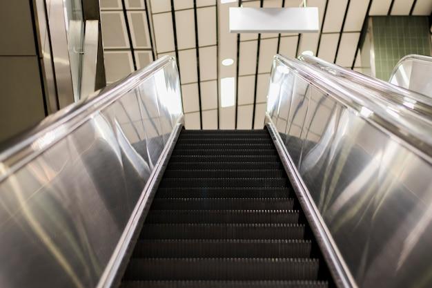 Obraz ruchomych schodów poruszających się w górę
