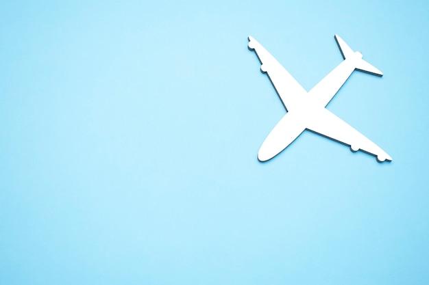 Obraz samolotu na białym tle na pustym niebieskim tle