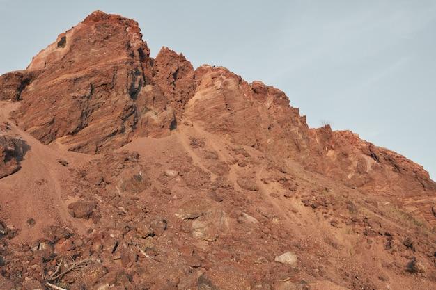 Obraz skalnego klifu z czerwonymi kamieniami na pustyni