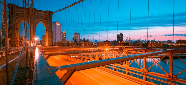 Obraz słynnego mostu brooklińskiego o wschodzie słońca.