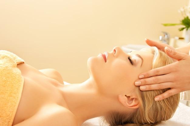 Obraz spokojnej pięknej kobiety w salonie masażu