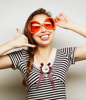 Obraz strony. figlarnie młoda kobieta z dużymi partyjnymi szkłami i koroną. gotowy na dobry czas.