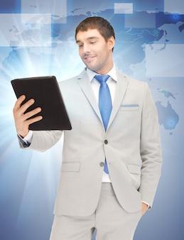 Obraz szczęśliwego człowieka z komputerem typu tablet pc