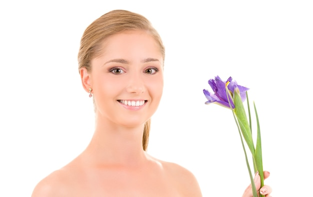 Obraz szczęśliwej dziewczyny z kwiatami na białym
