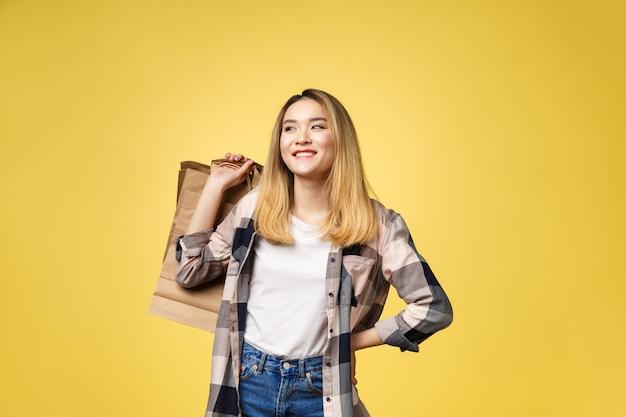 Obraz szczęśliwej emocjonalnej młodej azjatyckiej kobiety