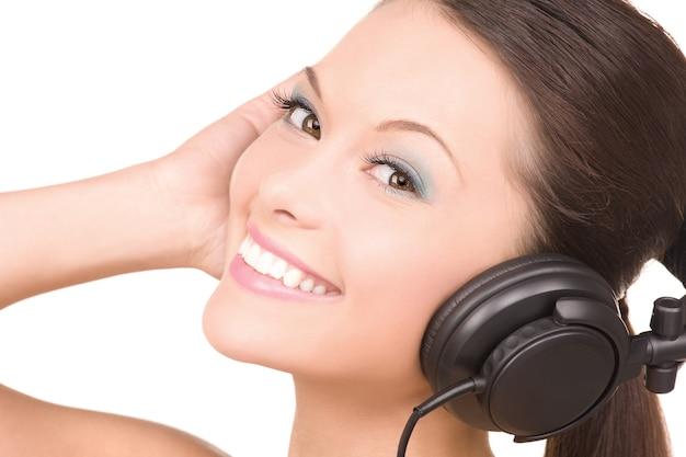 Obraz Szczęśliwej Kobiety W Słuchawkach Na Białym Premium Zdjęcia