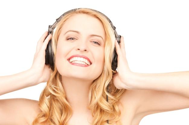 Obraz szczęśliwej kobiety w słuchawkach na białym