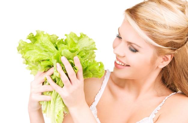 Obraz szczęśliwej kobiety z sałatą na białym