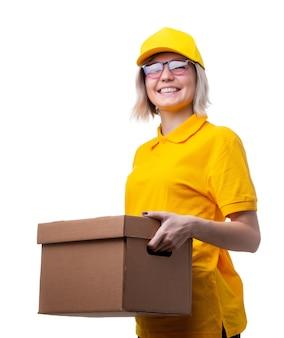 Obraz szczęśliwej kurierki w okularach i żółtej koszulce z kartonowym pudełkiem w dłoniach