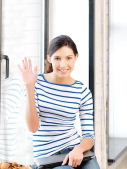 Obraz szczęśliwej nastolatki machającej pozdrowieniami
