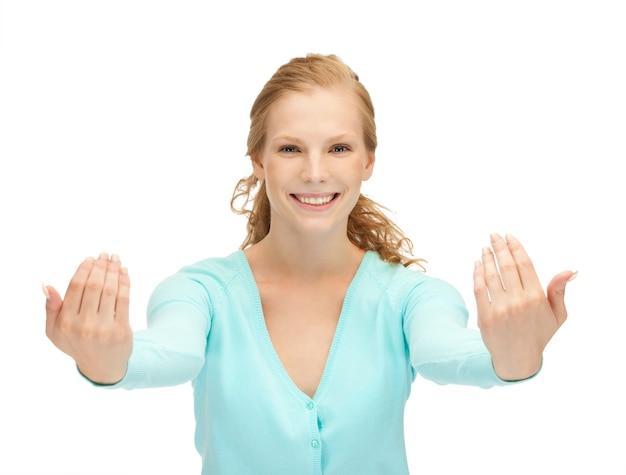Obraz szczęśliwej nastolatki wykonującej zapraszający gest