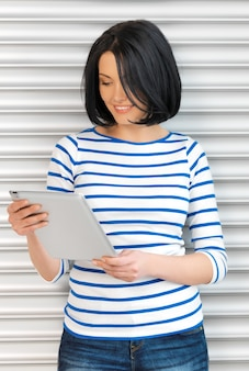 Obraz szczęśliwej nastolatki z komputerem typu tablet pc