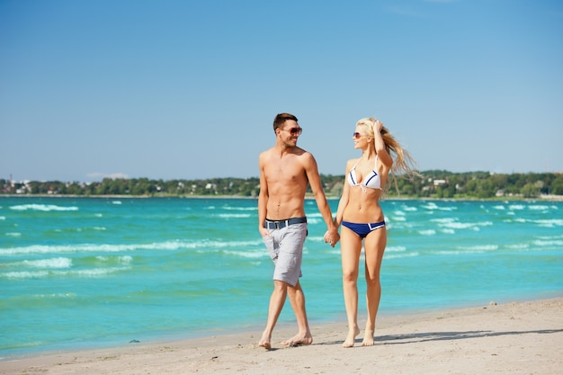 Obraz szczęśliwej pary spaceru na plaży.