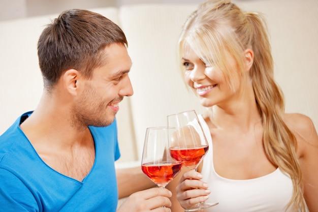 Obraz Szczęśliwej Romantycznej Pary Pijącej Wino Premium Zdjęcia