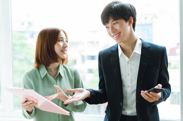 Obraz szefa i pracownika rozmawiających o wspólnej pracy work