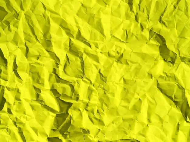 Obraz tekstury zmiętego papieru, którego można użyć bezpośrednio lub jako żółtego tła